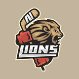 De hevige leeuw van het hockeyembleem met stok Stock Foto's