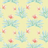 De hibiscus inspireerde het geschilderde koraal van de waterkleur en groen bloemenontwerp Naadloos vectorpatroon op gevoerde gewe vector illustratie