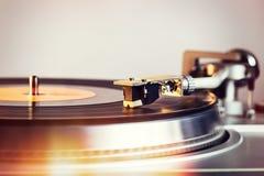 De hifi retro vinylspeler is draaischijf met een analogon audio-CD royalty-vrije stock afbeeldingen