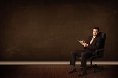 De high-tech tablet van de zakenmanholding op achtergrond met copyspac Stock Foto