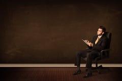 De high-tech tablet van de zakenmanholding op achtergrond met copyspac Royalty-vrije Stock Afbeeldingen