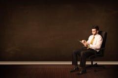De high-tech tablet van de zakenmanholding op achtergrond met copyspac Royalty-vrije Stock Fotografie