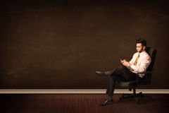 De high-tech tablet van de zakenmanholding op achtergrond met copyspac Royalty-vrije Stock Foto's