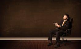 De high-tech tablet van de zakenmanholding op achtergrond met copyspac Royalty-vrije Stock Foto