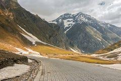 De Himalayansneeuw caped machtige Zozila-pas in Ladakh, Jammu en Kashmir, India royalty-vrije stock afbeelding
