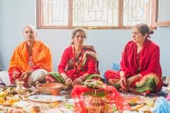 De Hindoese God van Gebedenworshiping thuis, Hindoese Rituelen stock foto's