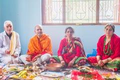 De Hindoese God van Gebedenworshiping thuis, Hindoese Rituelen royalty-vrije stock foto's