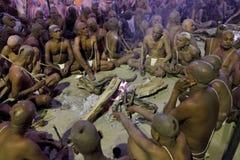 De Hindoese liefhebber komt aan samenloop van de Rivier van Ganges en Yamuna-voor het rituele baden Royalty-vrije Stock Foto