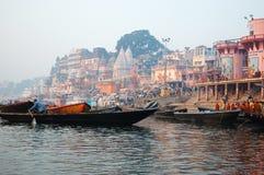 De Hindoese mensen voeren puja bij ghats uit, Varanasi royalty-vrije stock fotografie