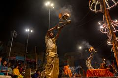 De Hindoese priester voert Agni Pooja Sanskrit uit: Verering van Brand op Dashashwamedh Ghat - hoofd en oudste ghat van Varanasi Stock Foto's