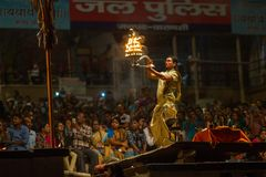 De Hindoese priester voert Agni Pooja Sanskrit uit: Verering van Brand op Dashashwamedh Ghat - hoofd en oudste ghat van Varanasi Stock Afbeelding