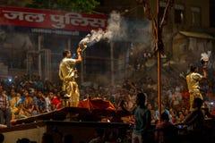 De Hindoese priester voert Agni Pooja Sanskrit uit: Verering van Brand op Dashashwamedh Ghat - hoofd en oudste ghat van Varanasi Royalty-vrije Stock Foto's