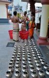 De Hindoese priesters bij tempel bereiden het aanbieden aan goden voor stock foto