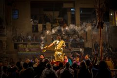 De Hindoese priesters voeren Agni Pooja Sanskrit uit: Verering van Brand op Dashashwamedh Ghat - hoofd en oudste ghat van Varanas royalty-vrije stock afbeeldingen