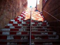 De Hindoese stappen die van de bergtreden van de godsdiensttempel voetheuvel beklimmen Stock Fotografie