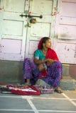 De Hindoese Vrouw en de Baby verkopen Juwelen, Straatmarkt in India Stock Fotografie