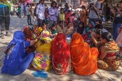 De Hindoese vrouwen in traditionele Sari zitten bij Durbar-Vierkant in Nepal Royalty-vrije Stock Foto