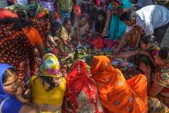 De Hindoese vrouwen in traditionele Sari zitten in een groep bij Durbar-Vierkant Royalty-vrije Stock Afbeeldingen