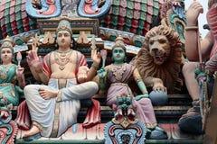 De hinduiska gudarna på taket av Sri Mariamman den hinduiska templet i kineskvarteret Singapore arkivbild