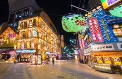 De Hinseikaistraat is één van de levendigste scène van het nachtleven in Osaka Stock Foto's