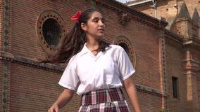 De Hiphop die van het tienermeisje en het Letten op Vogels dansen stock footage
