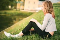 De hippiemeisje die van de tienerbloem de zomer van festival genieten 10 jaar van o Stock Afbeeldingen