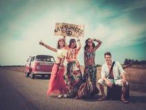 De hippievrienden op een weg halen over Royalty-vrije Stock Foto