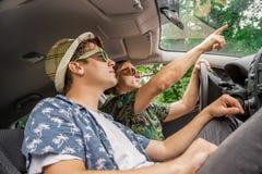 De Hipstervrienden op weg halen op de zomerdag over royalty-vrije stock fotografie