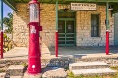 De historische algemene opslagbouw met antiqubenzinepomp in Drijfhout, Texas Stock Afbeeldingen
