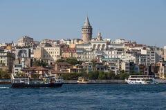 De historische architectuur van het Beyogludistrict en Galata-toren middeleeuws oriëntatiepunt over de Gouden Hoorn in Istanboel, Stock Foto