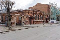 De historische baksteen bouw van het stadsziekenhuis van de Maatschappij van Artsen 1888 tegen de achtergrond van het vernieuwde  royalty-vrije stock afbeeldingen