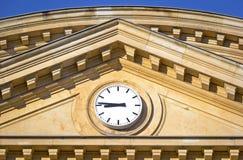 De historische Bouw en Moderne Klok Stock Afbeelding