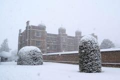De historische bouw in de sneeuw stock foto
