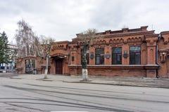 De historische bouw van het stadsziekenhuis voor de armen van de maatschappij van artsen met gedenkwaardige tabletten op de voorg stock foto