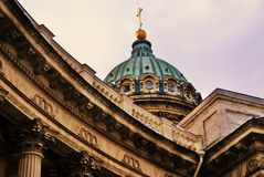 De historische bouw van het Zingerbedrijf op het Nevsky-vooruitzicht in heilige-Petersburg, Rusland stock afbeelding
