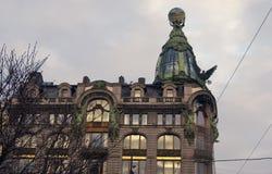 De historische bouw van het Zingerbedrijf op het Nevsky-vooruitzicht in heilige-Petersburg, Rusland royalty-vrije stock afbeelding