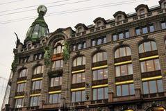 De historische bouw van het Zingerbedrijf op het Nevsky-vooruitzicht in heilige-Petersburg, Rusland stock afbeeldingen
