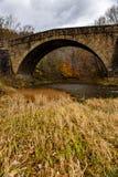 De historische Casselman-Brug van de Steenboog - Autumn Splendor - Garrett County, Maryland stock foto's
