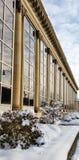 De historische commerciële bouw met verse sneeuw Stock Foto's