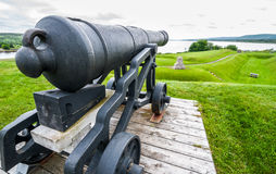 De historische defensie, kanonnen, nu overblijfselen van het verleden, zit op hun onderstellen Royalty-vrije Stock Fotografie