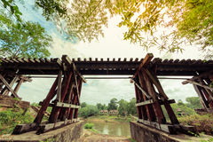 De historische die route van de doodsspoorweg tussen Thailand en Birma tijdens wereldoorlog wordt geconstrueerd Royalty-vrije Stock Afbeeldingen