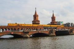 De historische Friedrichschain-Rivier Berlin Germany van het Brugoosten Royalty-vrije Stock Afbeelding
