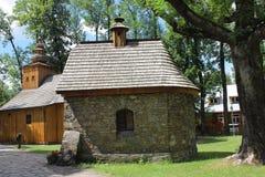 De historische houten kerk van Onze Dame van Czestochowa in Zakopane Front Brick-kapel van de parochie Stock Foto