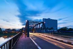 De historische ijzerbrug bij Chiangmai-stadshorizon Royalty-vrije Stock Afbeelding