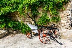 De historische landbouwer voor installatie behandelde oude steenmuur royalty-vrije stock foto