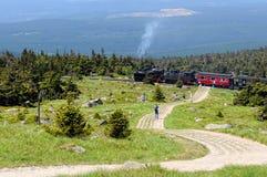De historische locomotief gaat hoogte aan Brocken-Piek uit Stock Foto's