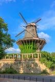 De historische molen - bekijk van de botanische tuin in park Sanssouci, Potsdam, Duitsland Royalty-vrije Stock Fotografie