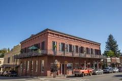 De historische rode baksteenbouw in Nevada City Stock Fotografie