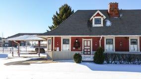 De historische stationbouw met verse sneeuw op een zonnige de winterochtend Royalty-vrije Stock Foto