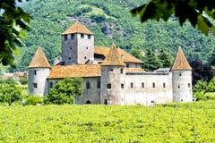De historiska härliga väggarna och de runda tornen av slotten Arkivbilder